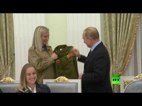 رواد فرق العمل الطلابية يقدمون للرئيس بوتين هدية قيمة