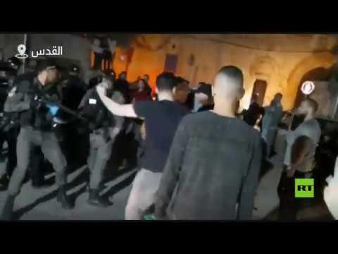 شاهد مستوطنون يعتدون على مصلين عند باب الأسباط في القدس