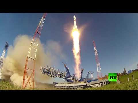 شاهد عملية إطلاق صاروخ روسي يحمل قمرًا صناعيًا إماراتيًا إلى المدار