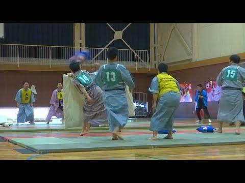 شاهد طلاب يابانيون يتنافسون في بطولة القتال بالوسائد