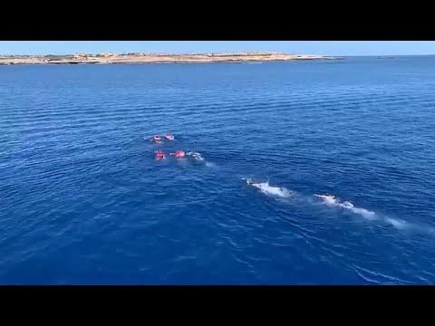 شاهد 4 مهاجرين غير شرعيين يحاولون الهروب إلى جزيرة لامبيدوزا عن طريق السباحة