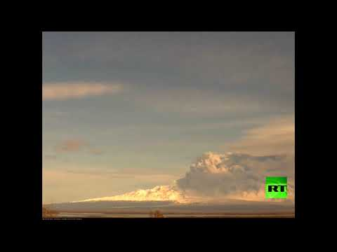 بركان في كامتشاتكا يطلق عمودًا ضخمًا من الدخان