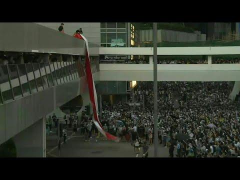 حكومة هونغ كونغ تمنع المحتجين من وضع أقنعة خلال التظاهرات