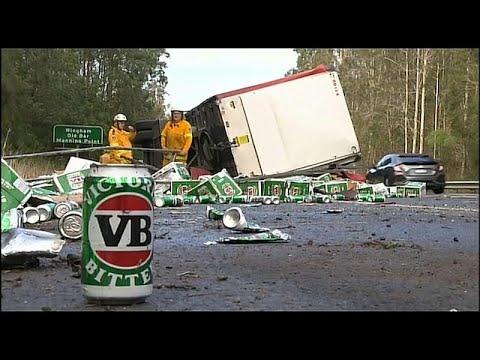 تحطم شاحنة تحمل مئات العلب من البيرة في أستراليا