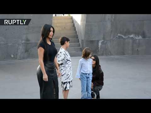 كيم كارداشيان تجذب معجبيها أثناء زيارة لها إلى نصب تذكاري لـ ضحايا إبادة الأرمن