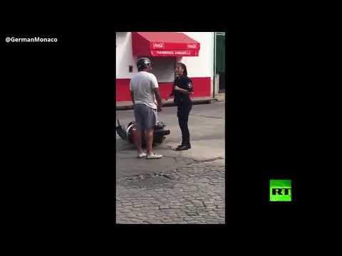 شاهد رجل يلطم امرأة في لباس الشرطة على وجهها وكيف كان ردها