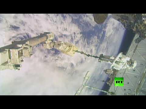 شاهد لحظة خروج الرواد إلى الفضاء المفتوح