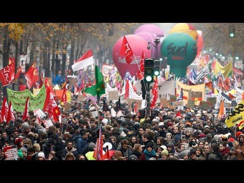 إضراب واحتجاجات حاشدة ضد خطة إصلاح نظام التقاعد تشل حركة فرنسا