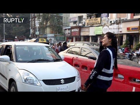 هندية تتبرع برقصة لتنظيم حركة المرور في مدينة هندور