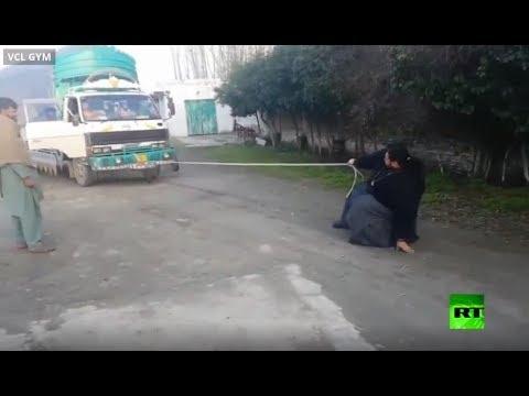 هالك باكستان يستعرض قوَّته ويوقف شاحنة
