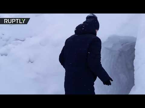 روسي يبحث عن سيارته وراء 7 أمتار من الثلج