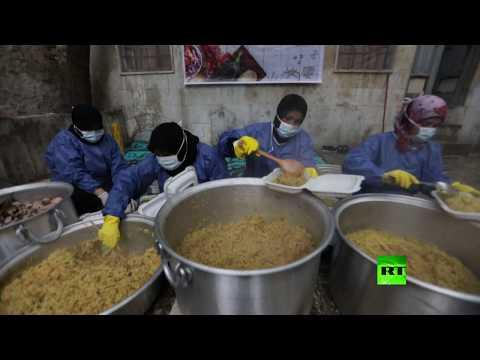 شاهد أرامل سوريات يحضرن وجبات رمضانية للنازحين في إدلب