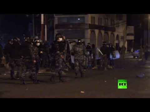 شاهدقوات الأمن تفرق محتجين في طرابلس اللبنانية